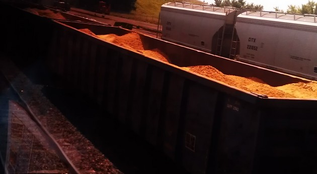 2013_08_12_trains_w_frack_sand.jpg